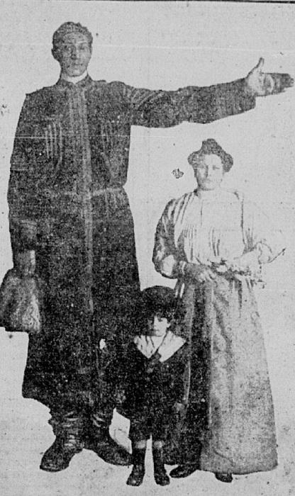 Фёдор Махнов , его жена и сын Николай