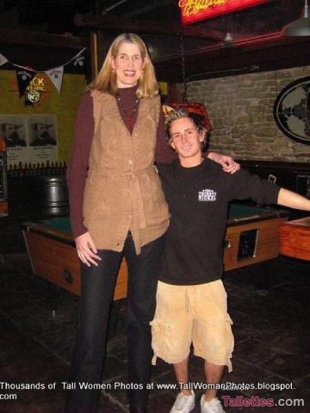 высокая женщина Эллен Байер
